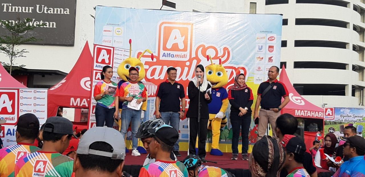 Arumi Bachin Lepas  Peserta Alfamidi Funbike dan Funwalk Berhadiah Mobil