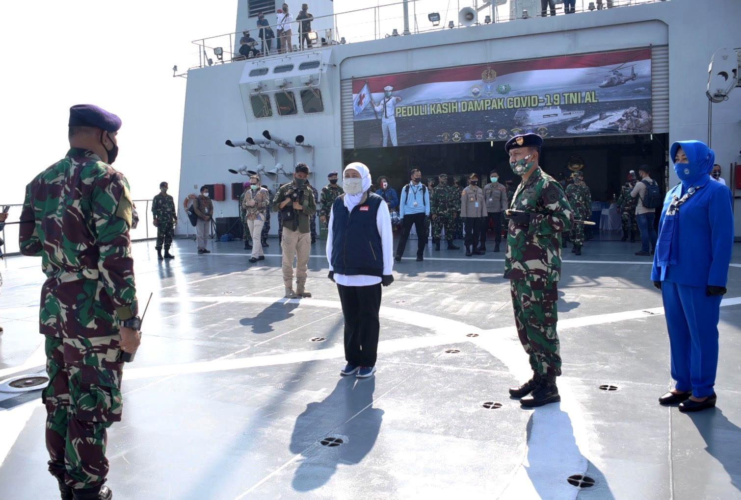 Gubernur Jatim Bersama Pangkoarmada II Serahkan Bantuan Bagi Nelayan di Atas KRI Makassar-590
