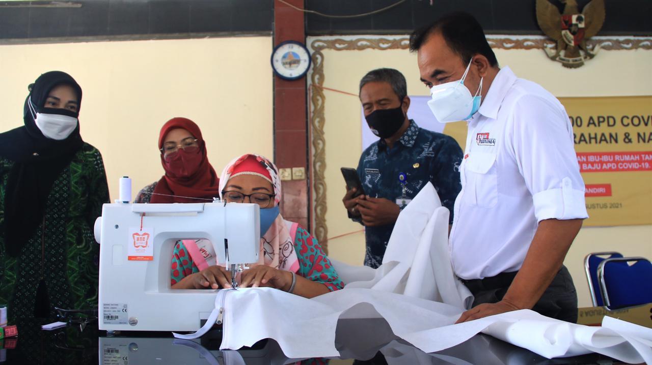 Berdayakan 30 Ibu Rumah Tangga Menjahit 1.400 Baju Hazmat, Cara SIG Bantu Tingkatkan Ekonomi Keluarga